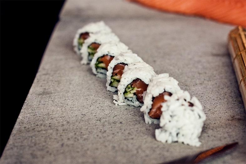 Sushi in Stücke schneiden