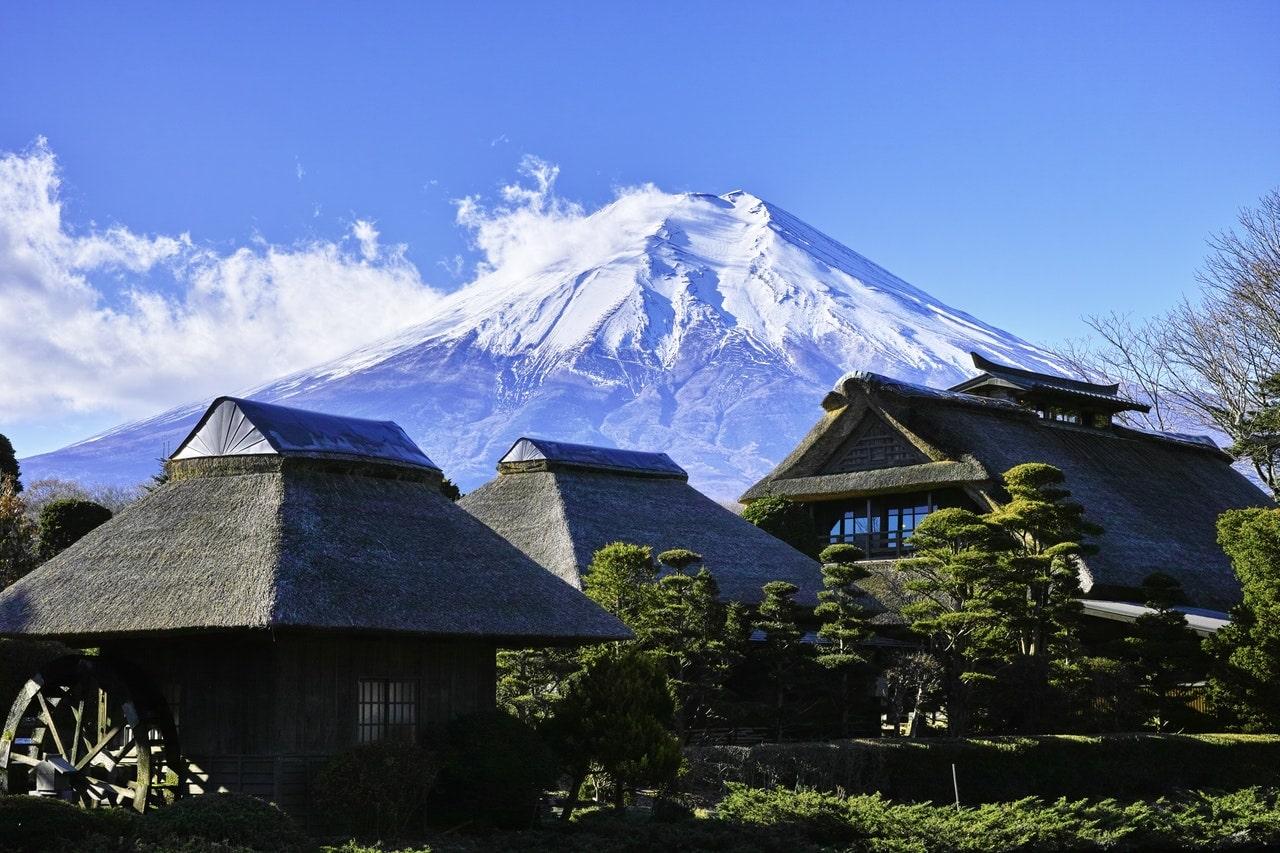 Japanischer Dorfberg Fuji